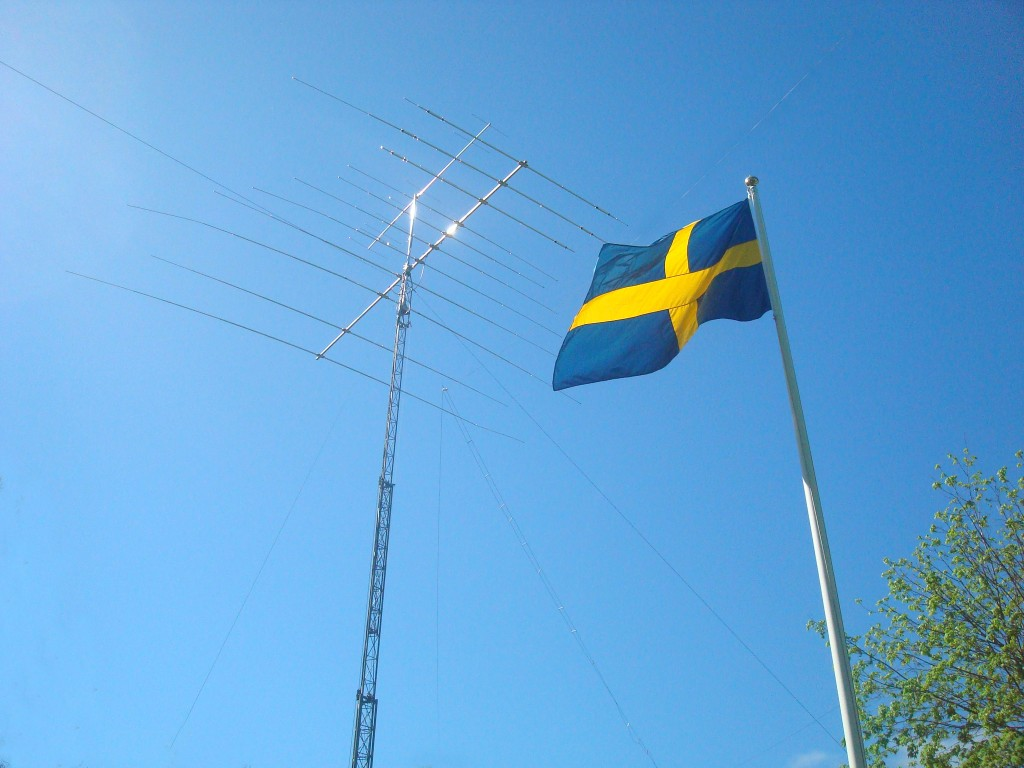 Nationaldag 2014: Sveriges flagga och en TH11DXX Super Thunderbird.