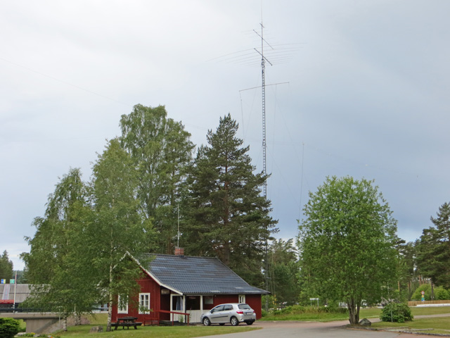 Morokulienstugan med tillhörande antennfarm.