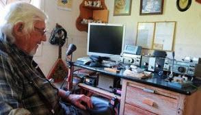SM7ALI Tage Karlsson (94) vid sin radiostation.