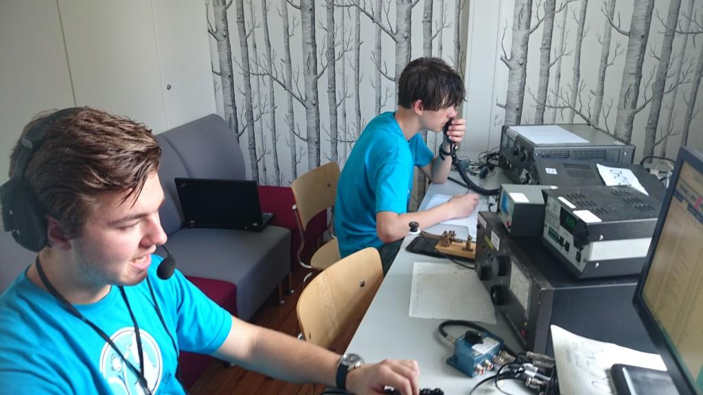 Joakim SA0BSJ och Alexander SA0CAV kör amatörradiotrafik från ungdomslägret.