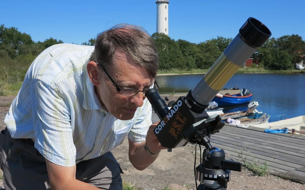 Med hjälp av ett av sina teleskop kunde Bertil SM5VZW visa intresserade protuberanser på solranden.