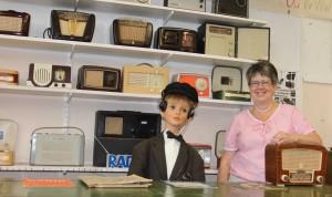 """SM3LIV/Ulla passar på att """"prya"""" som expedit i den tidsanpassade radioaffären."""