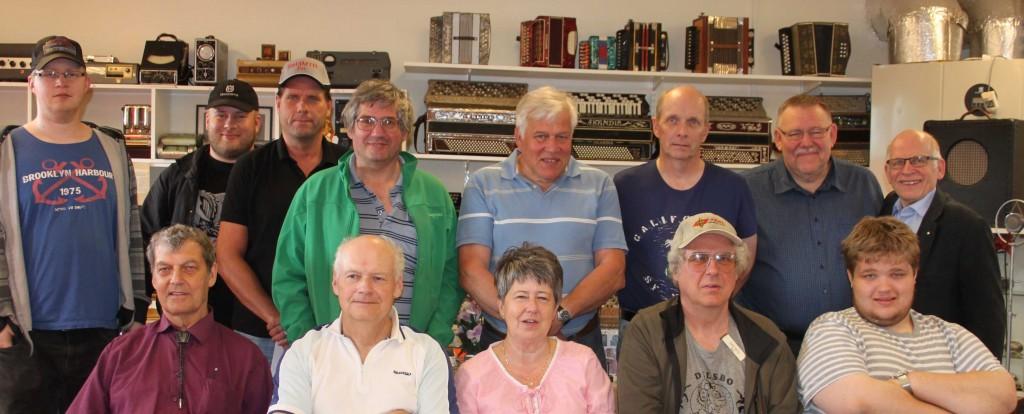 Gruppfoto på radioentusiaster/radioamatörer: Från vänster bakre raden:  SA3CNC/Robin, SM3CNW/Fredrik, SM3MTR/Per, SM3HFD/Håkan, SM5GZE/Ulf, SM3LJA/Kent, SM3KDY/Mats, SM3FJF/Jörgen Sittande fr v.: Sune Kvist, SM3GHE/Nils, SM3LIV/Ulla, SM3MTQ/Dan, SA3BPG/Markus Foto: Karin Kvist