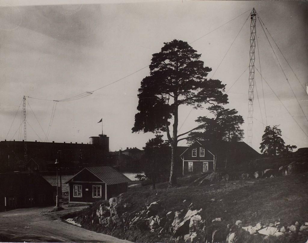 Antenner över Vaxholms kustradio SAF Vy från färjan.