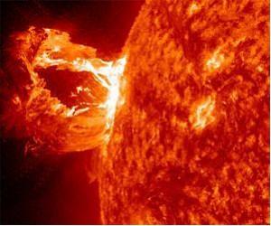 Hur skiljer man mellan ett massautkast  och en fackla på NASA:s  bilder? Facklor ser  ut som ljusa flammor på solen. Massautkast (CME) ser ut som moln som försvinner ut i  rymden.  Bild från NASA/SDO/ESA/SOHO/Nune.