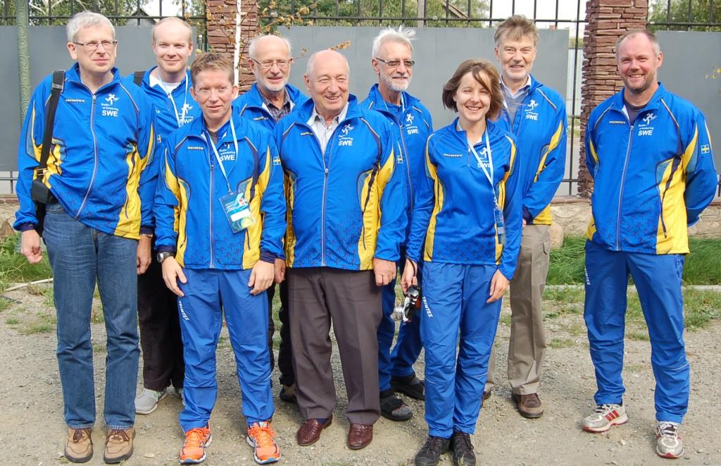 Här är det svenska VM-laget i Rävjakt/ARDF i Kazakstan. Från vänster: Jan SM5FUG,  Johan Simu, Henrik Lindell, Olle SM0KON, Andras Paal, Gunnar Svensson, Jitka Zakova, Gunnar Fagerberg samt Ingvar SA0AMM