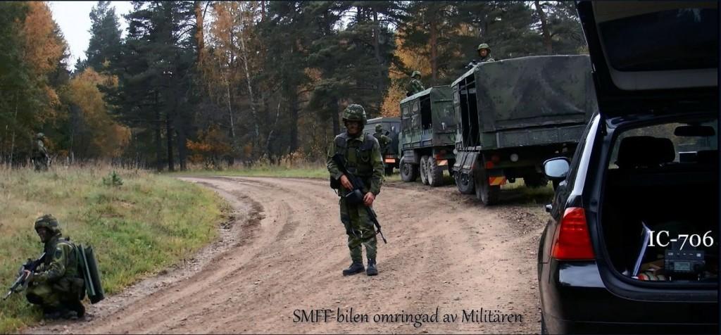 Den beväpnade soldaten i mitten av bilden bevakar Jan SM6CJJ. Övriga soldater grupperade för att hindra överfall utifrån.