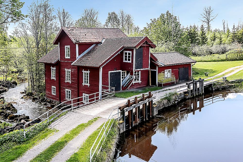 Västerby Kvarn byggdes i slutet av 1800-talet. Kvarnmaskineriet är intakt och kvarnen var igång till och med 1990.