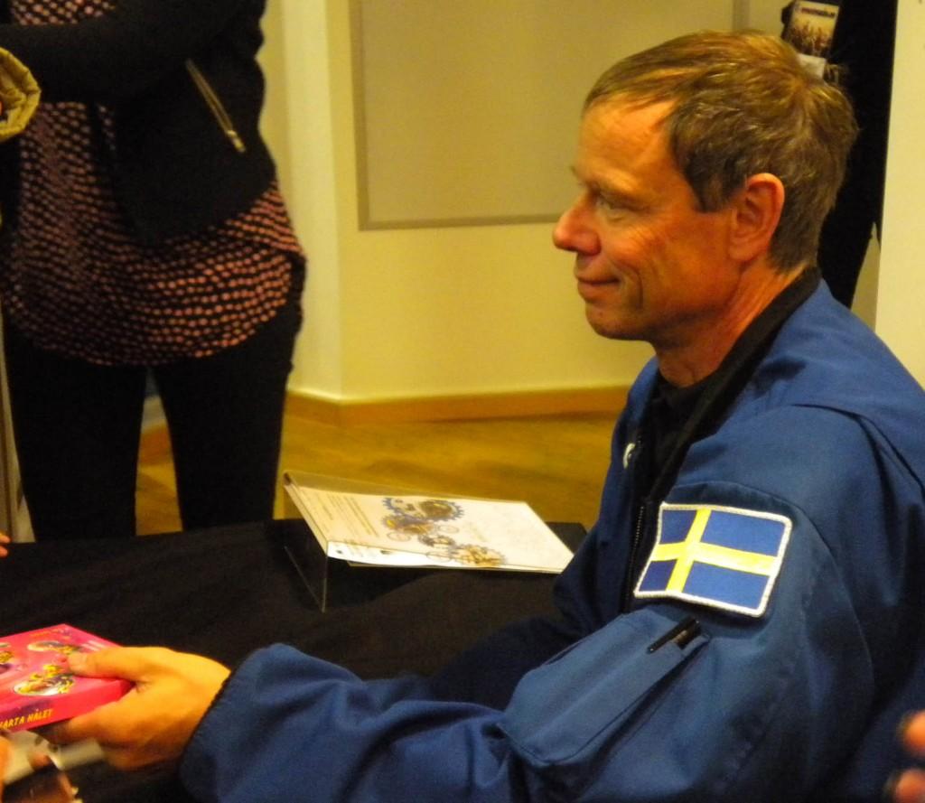 Christer Fuglesang SA0AFS deltog i Växjös teknikdag för att signera böcker och skapa intresse för en azstronautkonferens nästa år.  FOTO: Nils-Olof SM7DBD