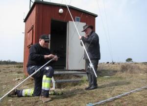 Antennunderhåll vid Hoburgen 2015 fr v Per-Åke SA1BFB och Stefan SM1DVV