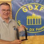 LA6VM ta emot utmärkelsen från German DX Foundation för årets bästa DXpedition, FT5ZM. Foto: SM6CNN