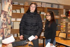 Jenna, från Minervaskolan i Ånge, prövar morse. Maja ser på.