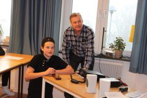 SM3ESX Christer har just visar Eskil från Fränstaskolan hur han ska sända sitt namn på telegrafi.